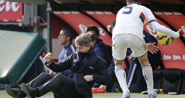 Mancini suratına gelen şutla yere serildi