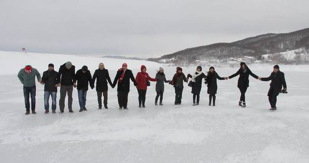 Buz tutmuş göl üstünde halay