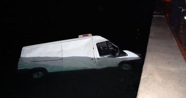 İzmir'de kamyonet denize uçtu