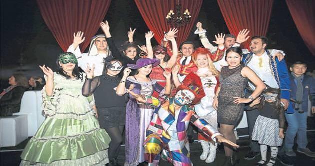 Moda gösterisi maskeli şovla renklendi