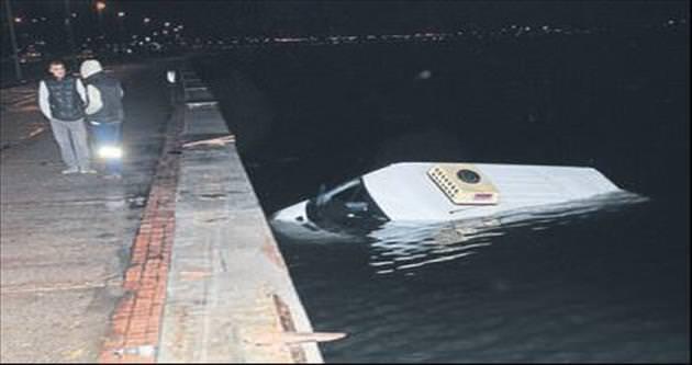 Minibüs denize düştü sürücüsü yaralandı
