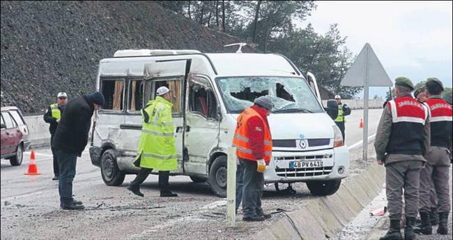 İşçi minibüsü devrildi