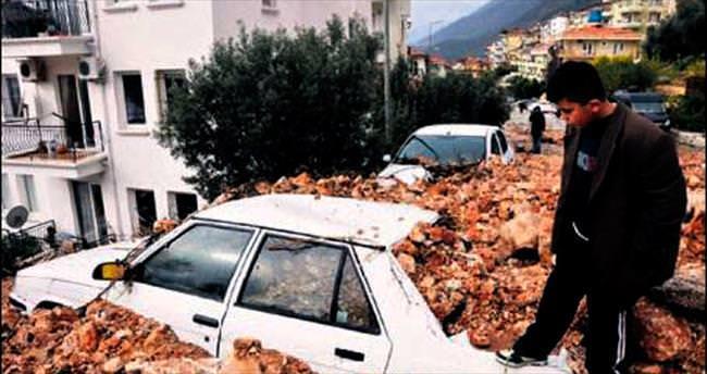 Kaş'ta evleri su bastı, araçlar moloz altında kaldı