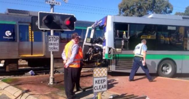 Tren cezaevi otobüsüne çarptı: 10 ölü