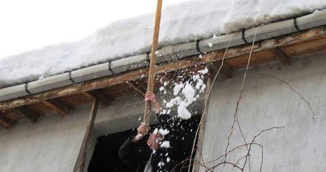 Çatılardaki kar kütleleri tehilke saçıyor