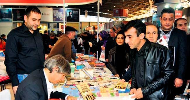 Usta kalemler Adana'da kitap kurtlarıyla buluştu