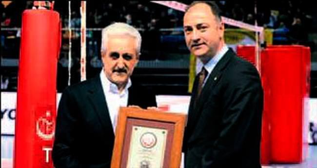 Mehmet Ali Aydınlar'a teşekkür plaketi