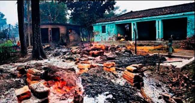 Hindular Müslüman evlerini yaktı: 4 ölü