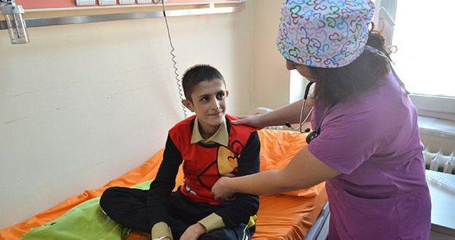 Yaralı Afgan çocuk Türkiye'de hayata tutundu