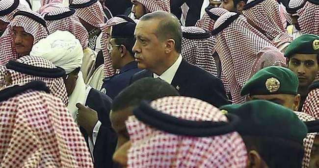Suudi Kralı prenslerin sırtında uğurlandı