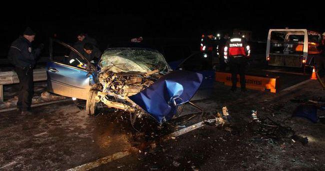 Otomobil iş makinesine çarptı: 2 ölü