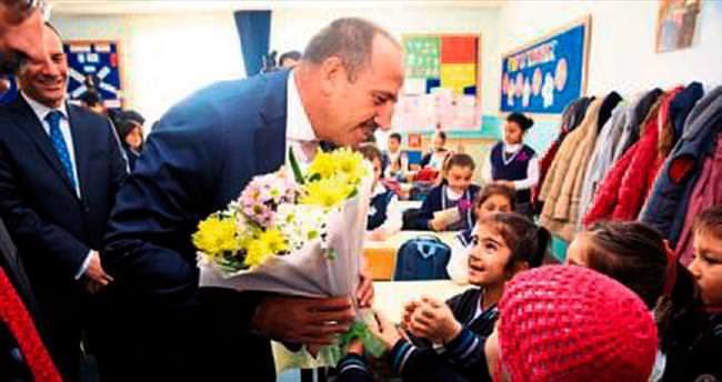 Fatih Duruay'dan öğrencilere hediye