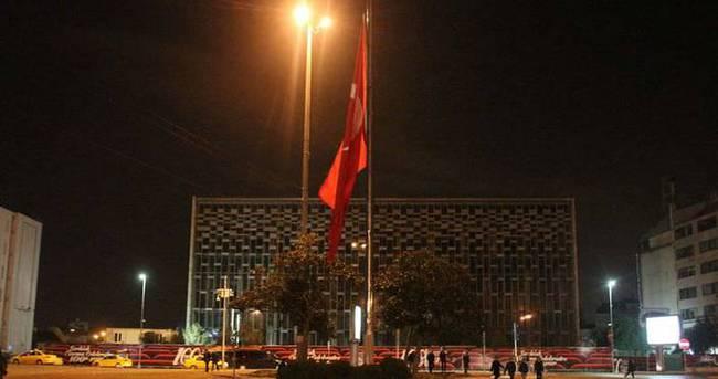 Taksim'de dev Türk bayrağı yarıya indirildi