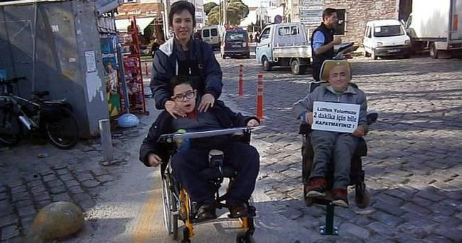 Engelli yolunu görmeyene maketli uyarı
