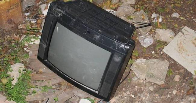 Acılı baba o televizyonu kırıp bahçeye attı
