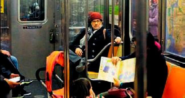 Tom Hanks, tek başına metroda