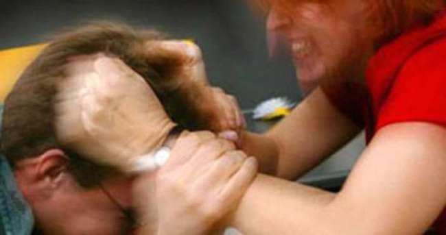 Eşinin kafasında şişe kırdı