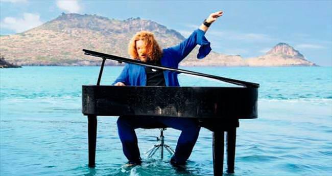 Klip için piyanoyla denize girdi