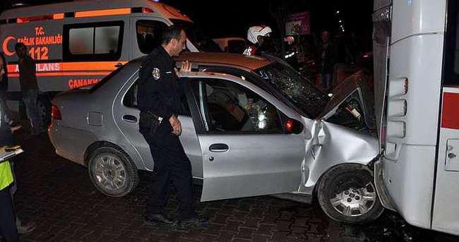 Otomobil, otobüse çarptı: 4 yaralı