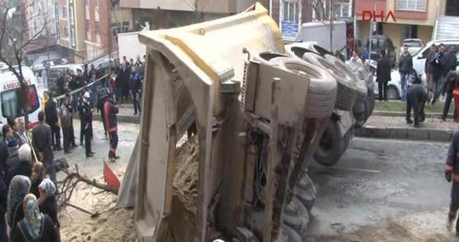 Kağıthane'de kamyon devrildi, sürücü hayatını kaybetti