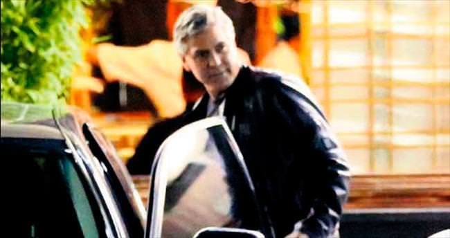 Eşi uzakta Clooney gezmede