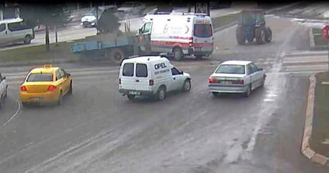 Ambulans traktöre çarptı