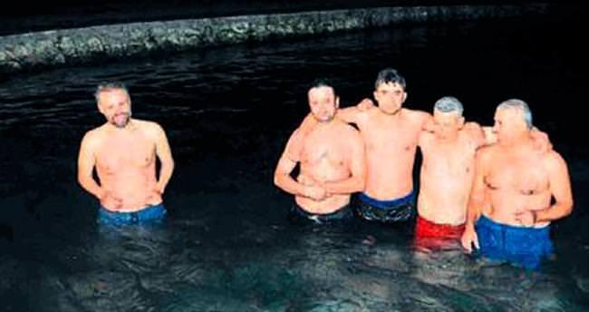 Şifa niyetine kışın havuza giriyorlar