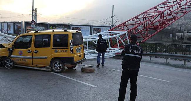 Timsah Arena'nın vinci yola devrildi