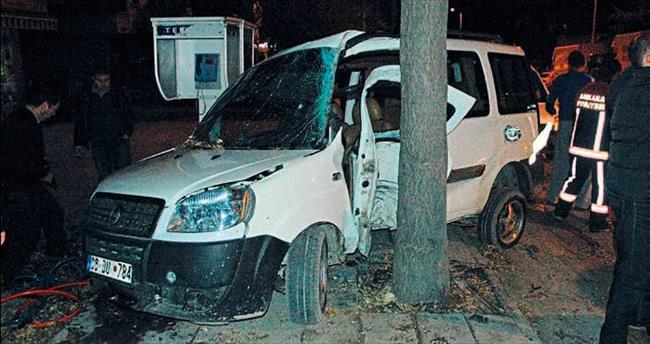 Ağaca çarpan sürücü aracın içinde sıkıştı