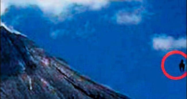 Volkanın yanında at şeklinde UFO...