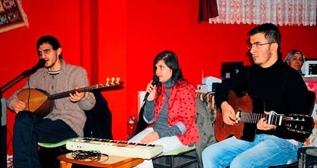 Görme engelli Ahizer Özbek'i müzik sevgisi hayatta tuttu