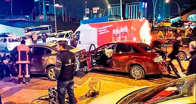 Hakimiyetini kaybeden kamyon 13 araca çarptı