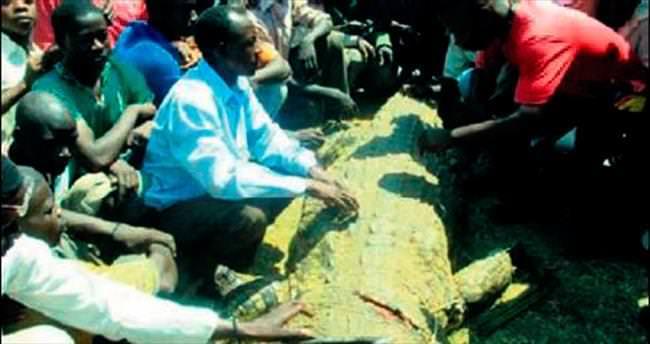 Karısını yutan timsahı öldürdü