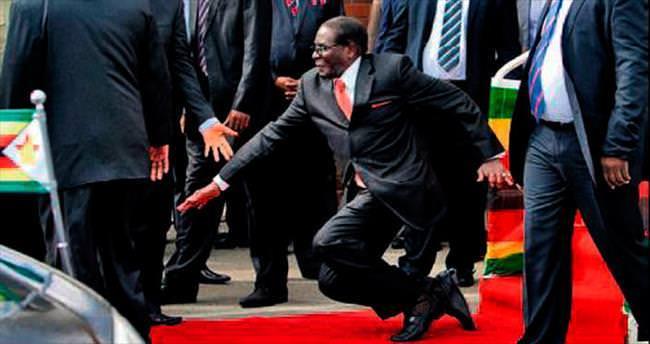 Mugabe basamağı ıskalayıp düştü