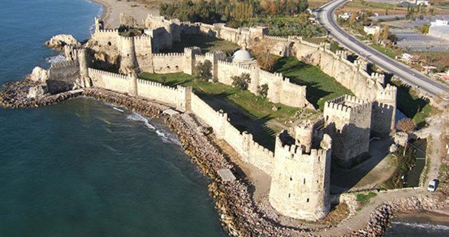 Mersin'de tarihi kale topunu çaldılar