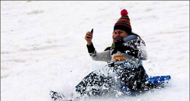 Davraz'da kar yüz güldürüyor
