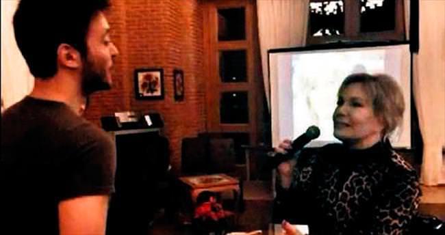 Emel Sayın'dan karaoke şov