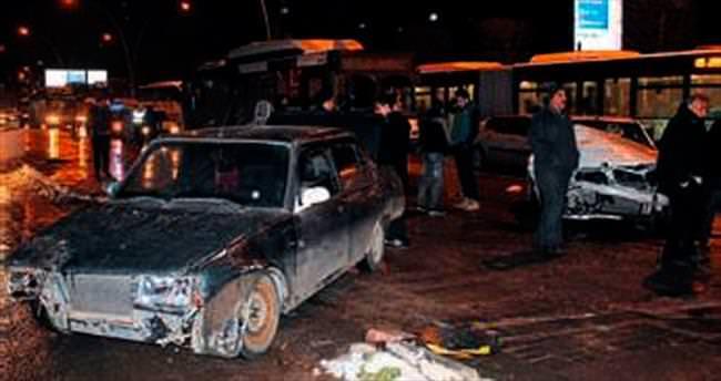 Zincirleme kazada 4 araç birbirine girdi