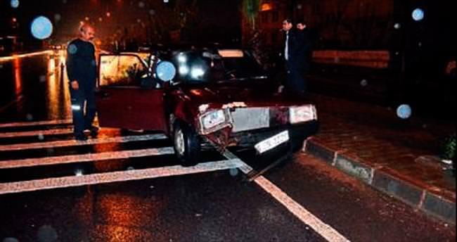 Motosiklet sürücüsü aracın altında kaldı
