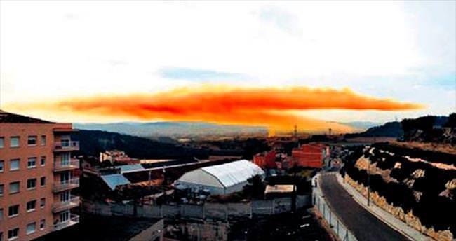 Barselona'yı turuncu duman kapladı