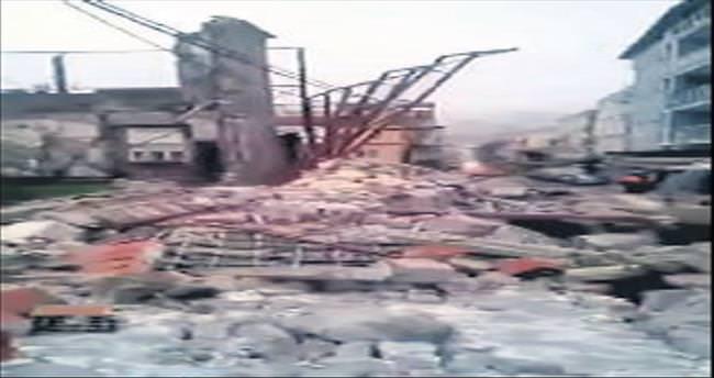 Tarihi binanın duvarı aracın üstüne düştü