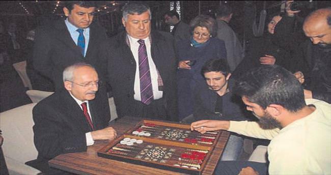 Kılıçdaroğlu öğrencilerle tavla oynadı