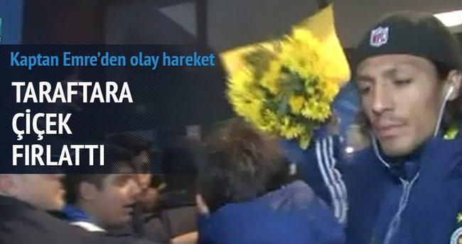 Emre Belözoğlu taraftara çiçek fırlattı
