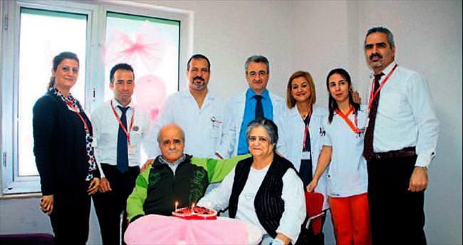 50 yıllık aşklarını hastanede kutladılar