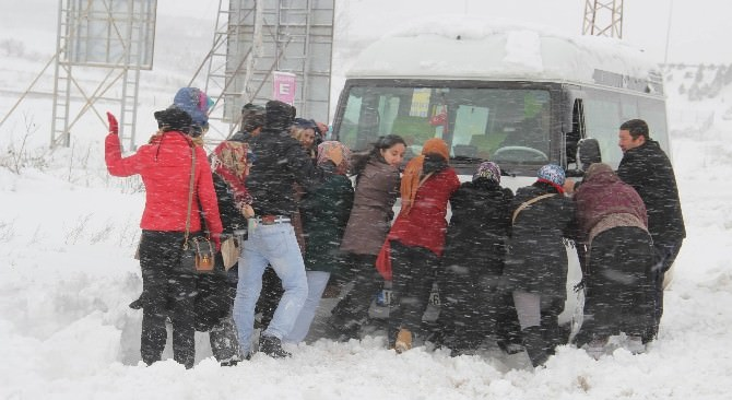 Kara Saplanan Servis Minibüsünü İşçiler Kurtardı