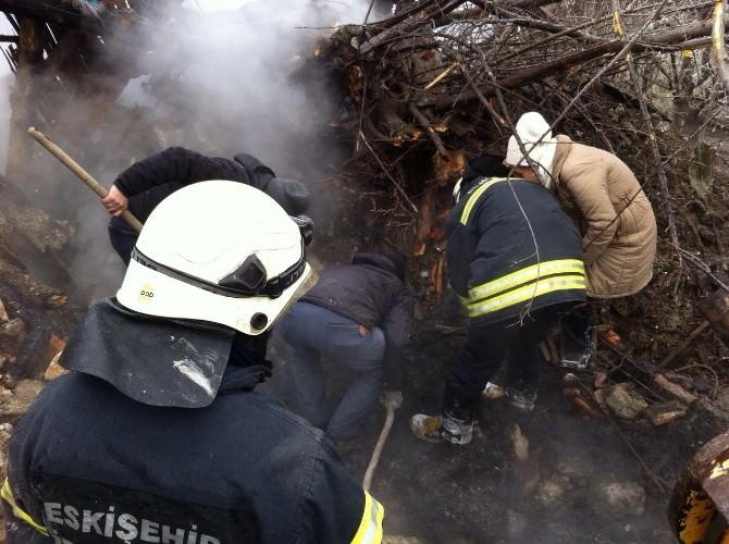 Çıkan Yangında İki Katlı Ev Küle Döndü