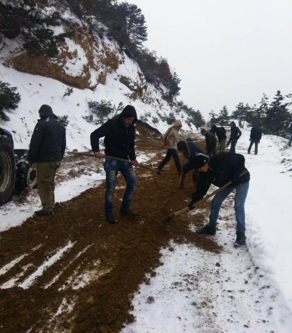Köylülerin İmece Usulü Yol Açma Ve Kumlama Çalışması