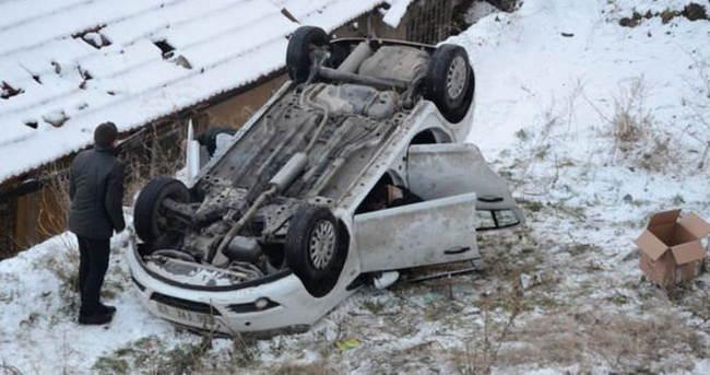 Buzlu yolda kayan araç bayıra uçtu