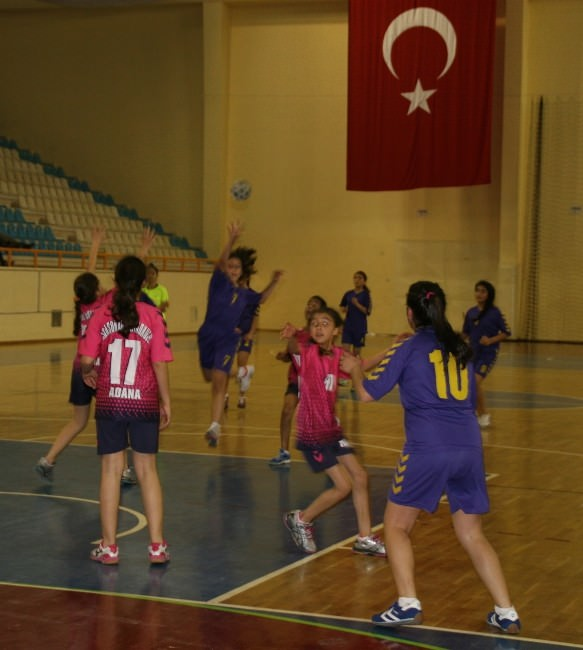 Adana'da Okullararası Yıldız Kızlar Hentbol Müsabakaları