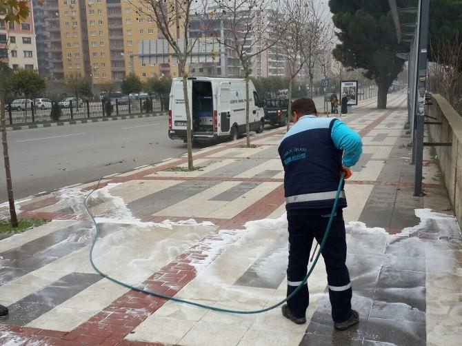 Buharlı Yıkama Aracı Yunusemre'yi Temizlemeye Devam Ediyor